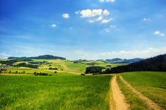 Straße in der hügeligen Landschaft Stockfoto