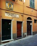 Straße in der historischen Mitte: ein Blick eines Friesfensters und ein votive Bild auf einem Dreitürgebäude Lizenzfreies Stockbild