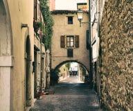 Straße in der italienischen Kleinstadt Stockbild