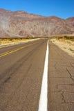 Straße in der kalifornischen Wüste lizenzfreies stockbild