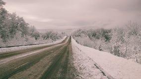 Straße in der Landschaft im Winter Lizenzfreies Stockfoto
