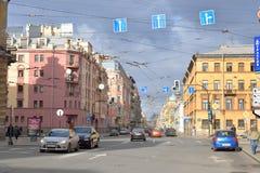 Straße in der Mitte von St Petersburg Lizenzfreie Stockfotos