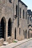 Straße in der mittelalterlichen Festung von Rhodos. Lizenzfreie Stockfotos