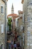 Straße der mittelalterlichen Stadt von Budva, Montenegro Lizenzfreie Stockbilder