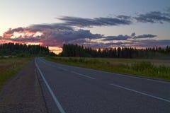 Straße in der nebeligen Nacht im Sommer Stockbilder