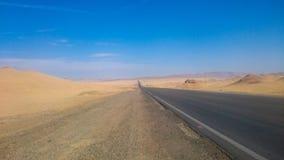 Straße in der peruanischen Wüste Stockfotografie