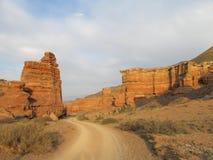 Straße in der roten Schlucht Charyn (Sharyn) lizenzfreie stockfotos