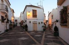 Straße in der spanischen Stadt an der Dämmerung Stockbild
