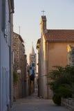 Straße in der Stadt von Rab, während des frühen Morgens Lizenzfreie Stockfotografie