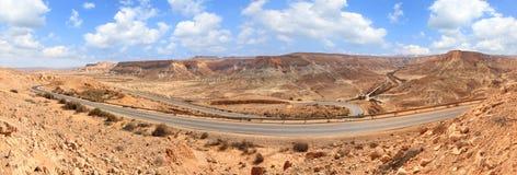 Straße in der steinigen Wüste Lizenzfreies Stockfoto