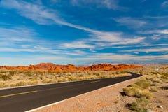 Straße in der Wüste von Nevada, USA Lizenzfreie Stockbilder