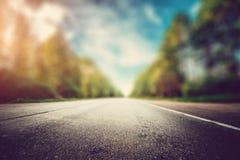 Straße in der Waldunschärfe lizenzfreie stockbilder