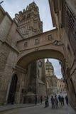 Straße des Bogens des Palastes nahe bei dem Turm Santa Iglesia Catedral Primada de Toledos lizenzfreie stockbilder
