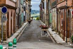 Straße des Dorfs des Heiligen Yvars mit der französischen Landschaft im Hintergrund Mittag Pyrenäen Frankreich lizenzfreie stockfotografie