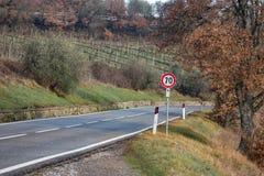 Straße des europäischen Landes , Biegen Verkehrsschild, Bäume und heller blauer Himmel nach rechts ab Asphalt und trockenes Gras Stockbild