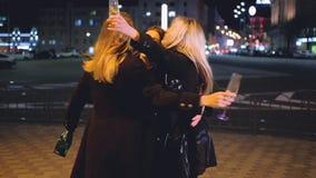 Straße des Spaßes der besten Freunde der Mädchennachtpartei heraus stock video footage