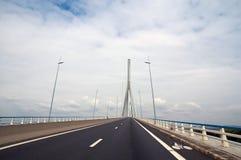 Straße, die über Brücke zurücktritt Lizenzfreies Stockfoto