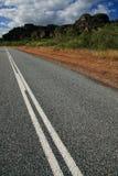 Straße, die in Abstand, Australien führt Lizenzfreie Stockfotografie