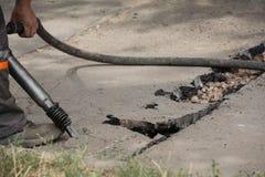 Straße, die Arbeiten mit Jackhammer repariert Stockbild