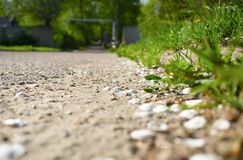 Straße, die in den Abstand mit unscharfem Hintergrund einsteigt lizenzfreies stockfoto