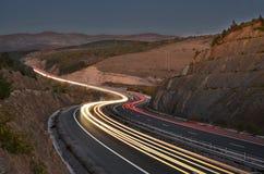 Straße, die durch Berge überschreitet Lizenzfreie Stockbilder