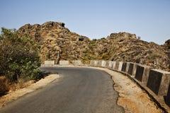 Straße, die durch einen Gebirgszug, Guru Shikhar, Arbuda Moun überschreitet stockbilder