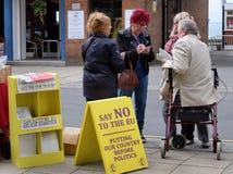 Straße, die durch UKIP in Bridlington, Großbritannien, für Ausgang von der Europäischen Gemeinschaft erörtert Lizenzfreie Stockfotos