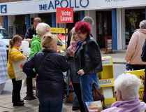 Straße, die durch UKIP in Bridlington, Großbritannien, für Ausgang von der Europäischen Gemeinschaft erörtert Stockbild