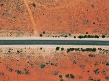 Straße, die durch Wüstenhinterland überschreitet lizenzfreie stockfotografie