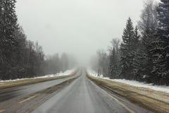 Straße, die im nebelhaften verlor stockbilder