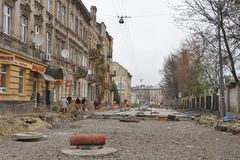 Straße, die in Lemberg, Ukraine repariert stockbilder