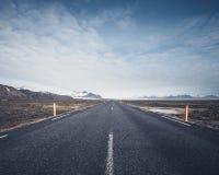 Straße, die in Richtung zu den Bergen führt Stockfotos