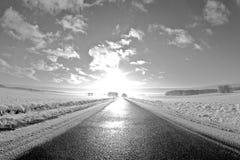 Straße in die Sonne lizenzfreie stockbilder