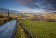 Straße, die unten das Auge zu einer Ansicht über ein Yorkshire-Tal führt Lizenzfreie Stockfotos