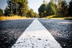 Straße in die Waldfarbe mit Vignette stockbild