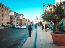 Straße, die zu das Quadrat von St Peter führt Italien, Vatikan Lizenzfreie Stockfotos