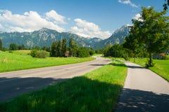 Straße, die zu den Alpen vorangeht Stockfotos