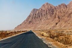 Straße, die zu die Berge führt Lizenzfreies Stockfoto