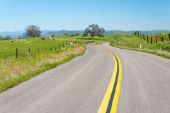 Straße, die zu die Landseite in Kalifornien führt Lizenzfreie Stockbilder