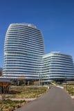 Straße, die zu ein modernes Bürogebäude in Groningen führt Lizenzfreie Stockbilder