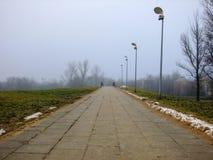 Straße, die zu eine kleine Brücke führt Lizenzfreies Stockbild