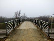 Straße, die zu eine kleine Brücke führt Lizenzfreie Stockfotografie