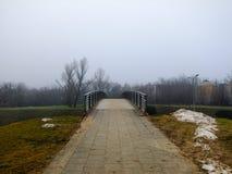 Straße, die zu eine kleine Brücke führt Stockbilder