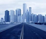 Straße, die zu eine Stadt führt Stockfotografie