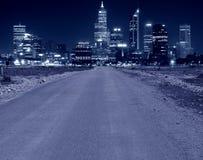 Straße, die zu eine Stadt führt Lizenzfreie Stockfotografie