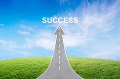 Straße, die zu einen Pfeil aufwärts steigt mit einem Verkehrsschild des Erfolgs, die Richtung symbolisierend zum Erfolg macht Stockbild