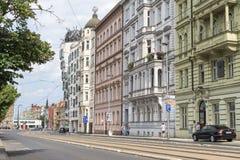 Straße, die zu einer Reihe von hohen Steingebäuden neben dem Tanzen-Haus parallel geht Stockbilder