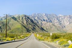 Straße, die zu die Palm Springs-Luftstraßenbahn, Berg San Jacinto, Kalifornien führt lizenzfreie stockbilder