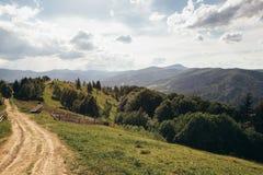 Straße, die zu die Spitze des Berges führt Lizenzfreie Stockfotografie