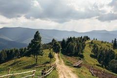 Straße, die zu die Spitze des Berges führt Lizenzfreies Stockfoto